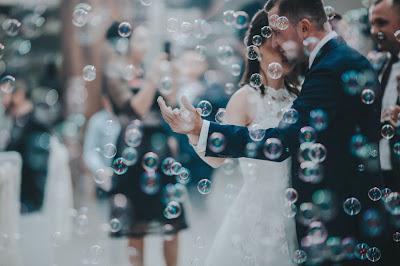 Novios bailando bajo una lluvia de pompas de jabón