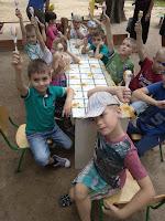 діти показують маракаси, виготовлені власноруч