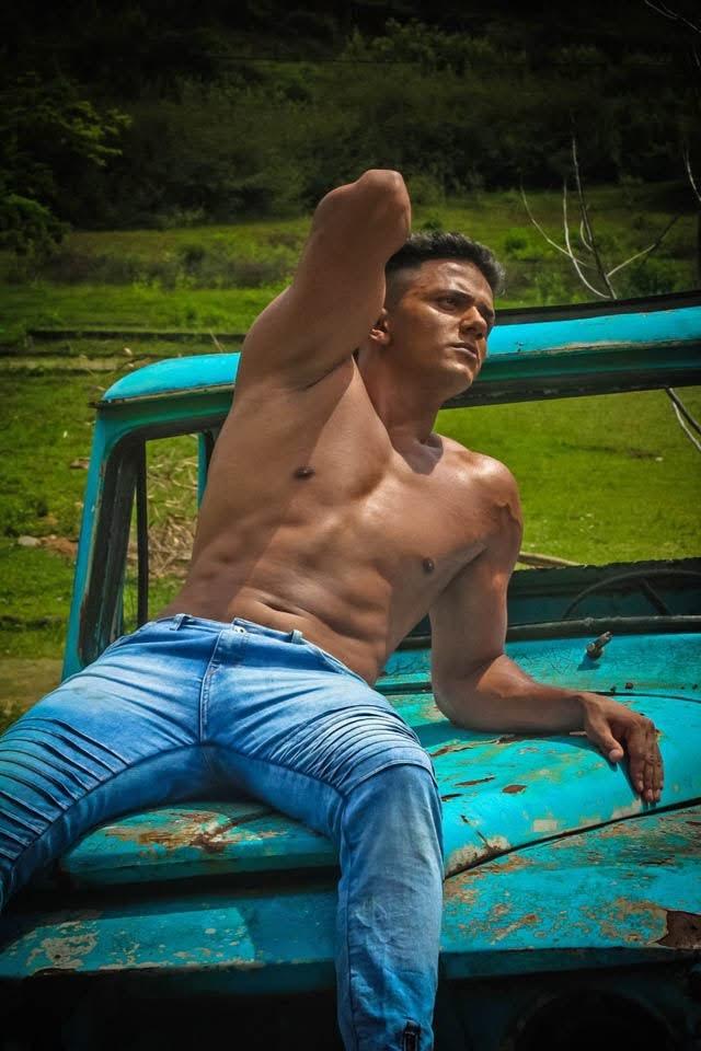 Douglas Ribeiro mostra o corpo sarado em ensaio sensual. Foto: Samuel Pereira