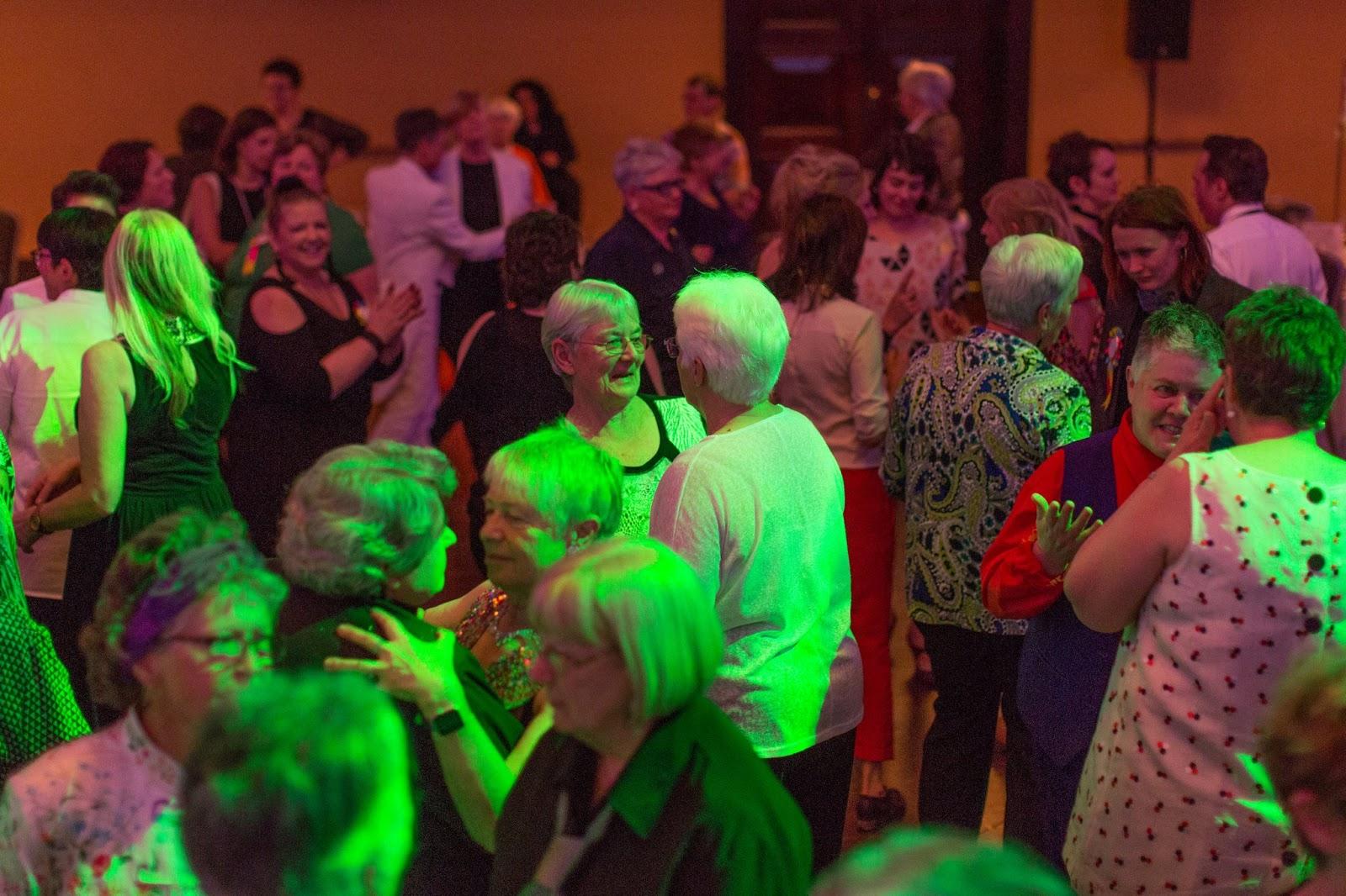 Baile faz apelo para que pessoas LGBT idosas não voltem para o armário