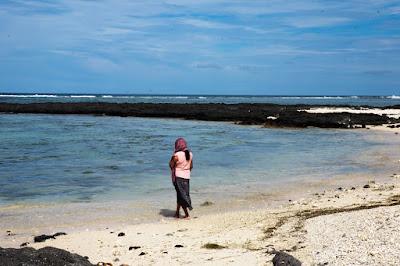 femme hindoue qui face à l'océan sur la plage de Palmar