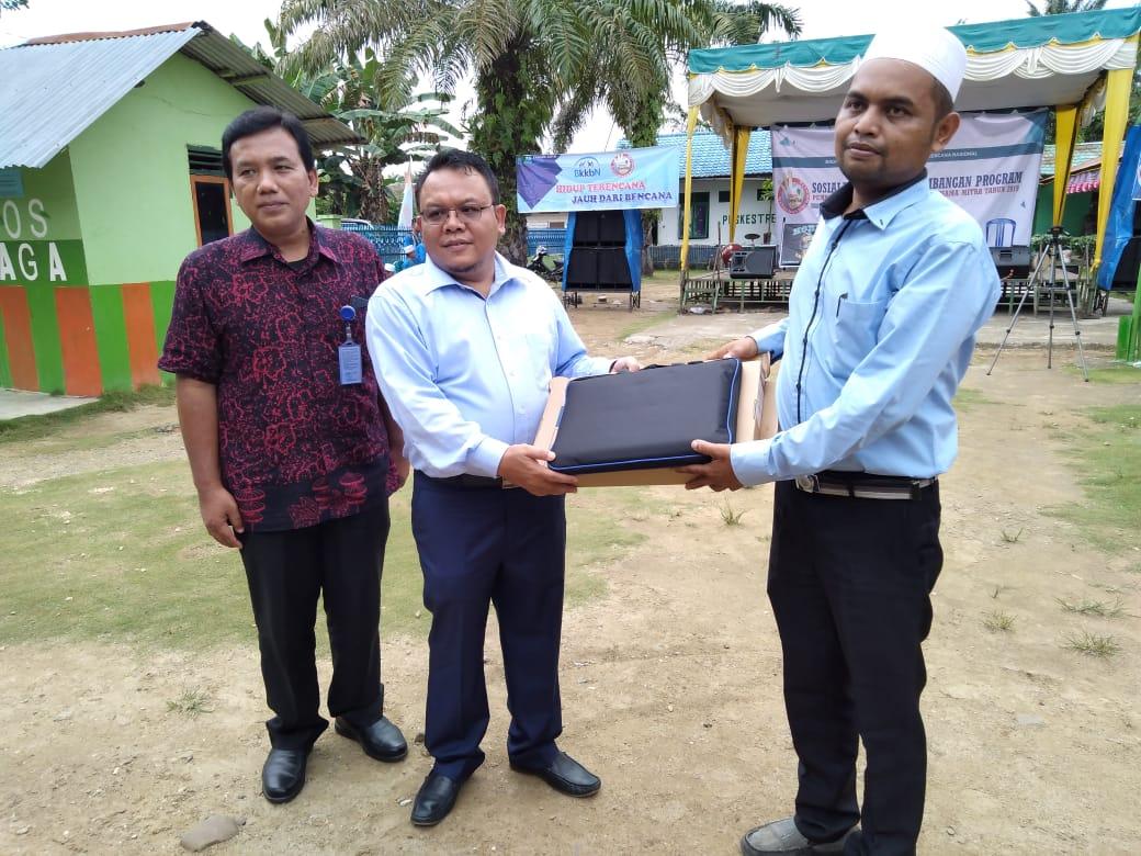 Waket Komisi IX DPR RI didampingi Sekretaris BKKBN Provsu berikan sarana laptop kepada guru di Ponpes Darul Falah