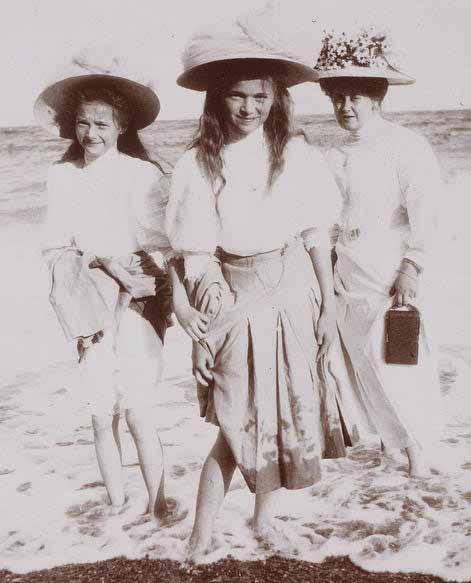 As princesas Anastasia, Maria e a czarina Alexandra no mar