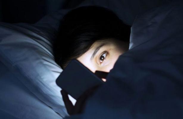 Adultos y niños se desvelan mirando televisión y videojuegos