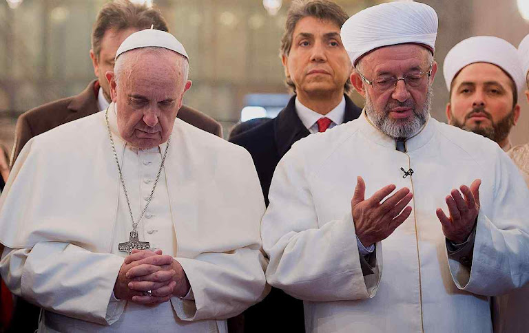 Papa Francisco reza com líder islâmico na ex-catedral Hagia Sophia, Constantinopla, arrancada pela força pelos invasores turcos