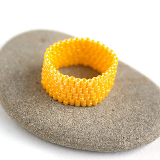 желтое широкое кольцо на палец фото украшения из бисера куплю