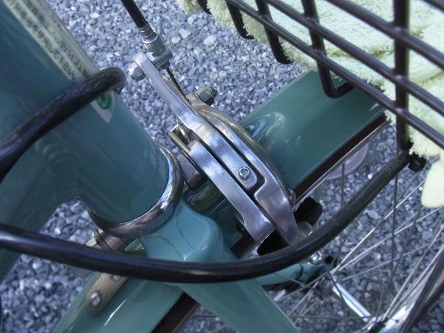 ヤマハ パスのフロントブレーキにはデュアルピボット キャリパーブレーキと言うちょっと高級品が使われています。
