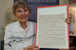 Eva Rieger mit ihrer Schenkung