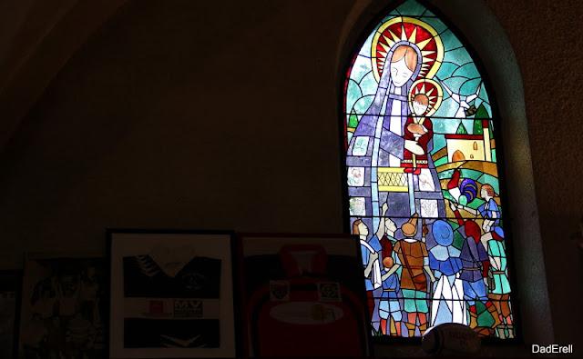 Vitrail de la Chapelle Notre Dame du Rugby à Larivière Saint-Savin