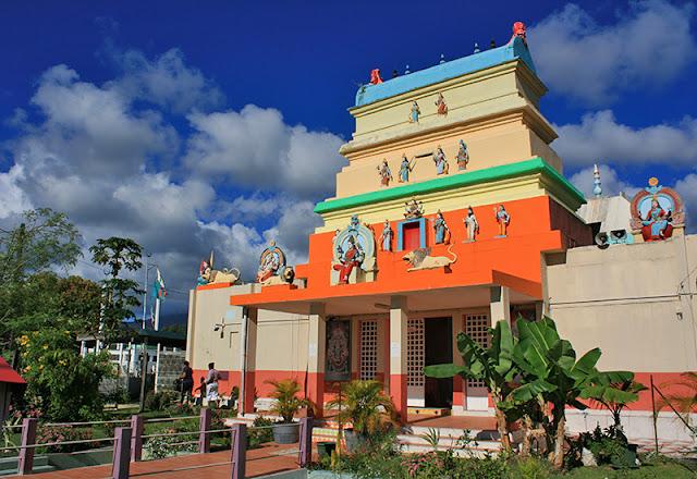 Façade du temple avec statuette des divinités hindous