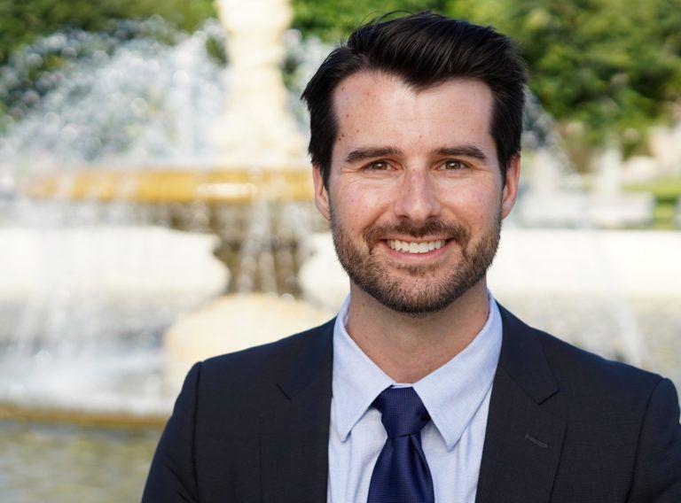 Мужчина в галстуке, рубашке и пиджаке