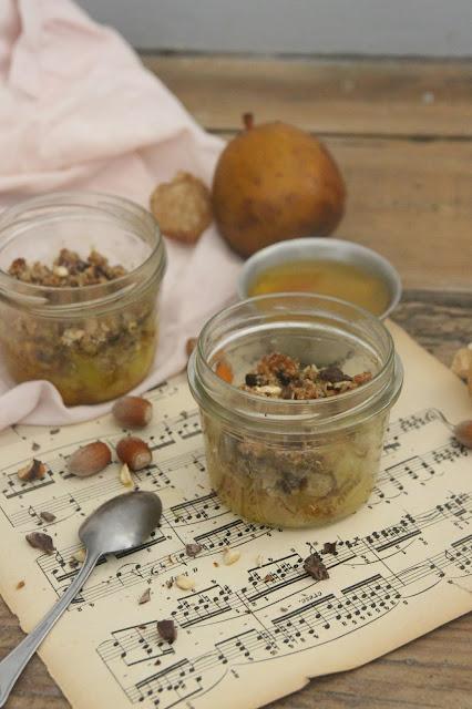 Cuillère et saladier : crumble épicé poire curcuma chocolat