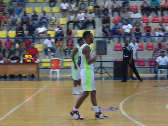 Jefferson Rivas un jugador que brilla con luz propia en el Torneo de baloncesto superior Barahona 2017