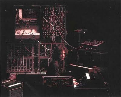Larry Fast rodeado de sintetizadores durante la gira de presentación del primer álbum en solitario de Peter Gabriel