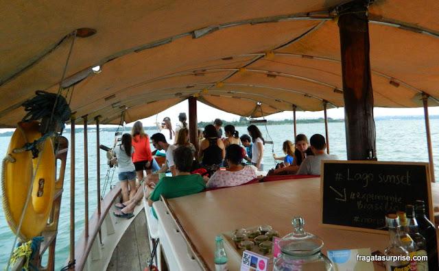 Blogueiros de viagem a bordo do passeio Lago Sunset Experience, no Lago Paranoá