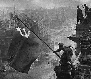 La bandiera sovietica viene issata sul tetto del Reichstag.