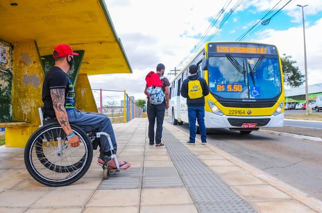 Parada de ônibus acessível para as pessoas com deficiência
