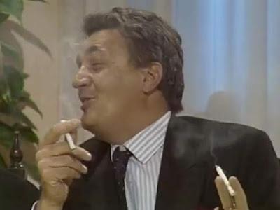 L'onorevole Pernove (Nicola De Buono) sfumacchia ignaro uno svuotino di cannabis