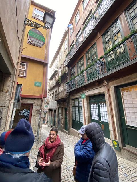 guia brasileira explicando sobre a rua do Porto para turistas brasileiros