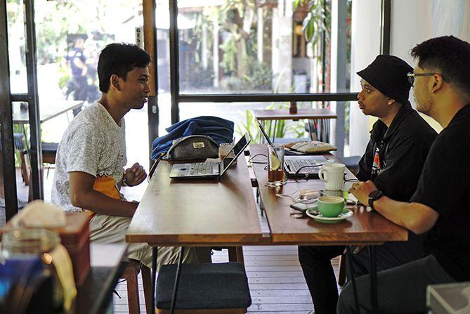 Pengunjung di dalam ruangan kedai Pretty Odd Coffee Bar