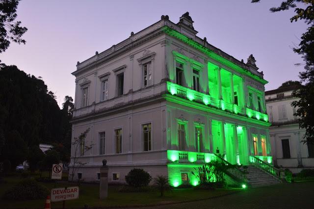 Palácio Sergio Fadel é iluminado em homenagem aos médicos