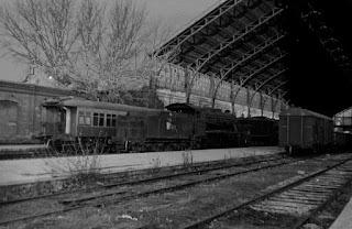 Cae la tarde, y el ferrocarril es desviado a un apeadero apartado de la estación.