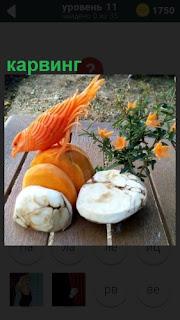 На столе из овощей вырезана птичка, карвинг позволяет и другие фигурки делать