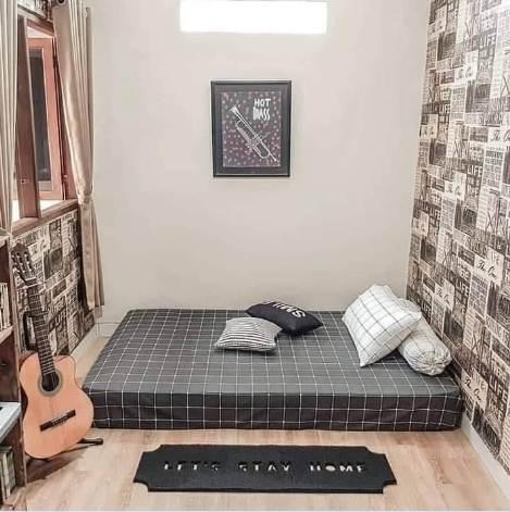 Desain ruang kamar rumah minimalis type 45 dengan lantai motif alami