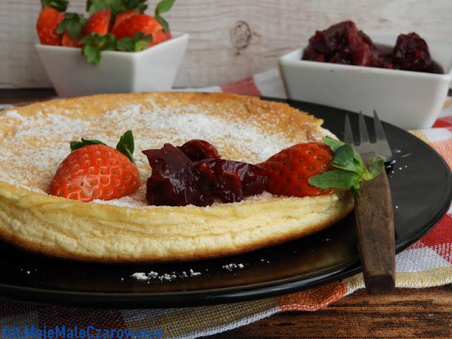 Omlet na słodko z dżemem wiśniowym i truskawkami - CZYTAJ DALEJ