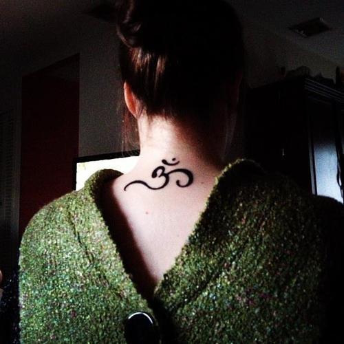 OM pescoço desenho de tatuagem para as mulheres, Esse desenho de tatuagem são muito populares na Índia