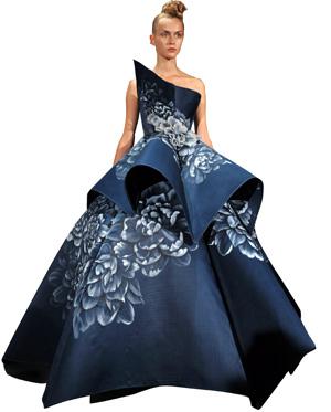 Foto de una modelo con vestido largo de gala color azul