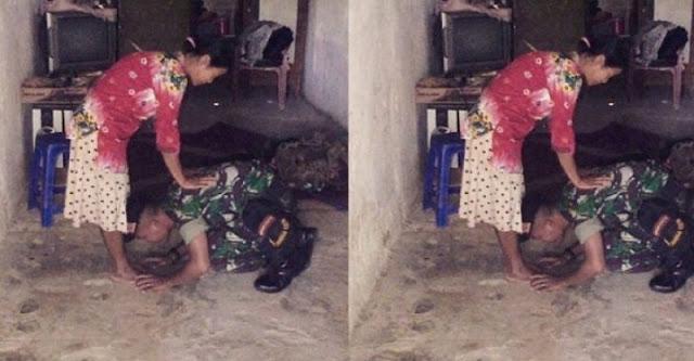 Viral di Media Sosial, Tentara ini Cium dan Sujud di Kaki Ibunya
