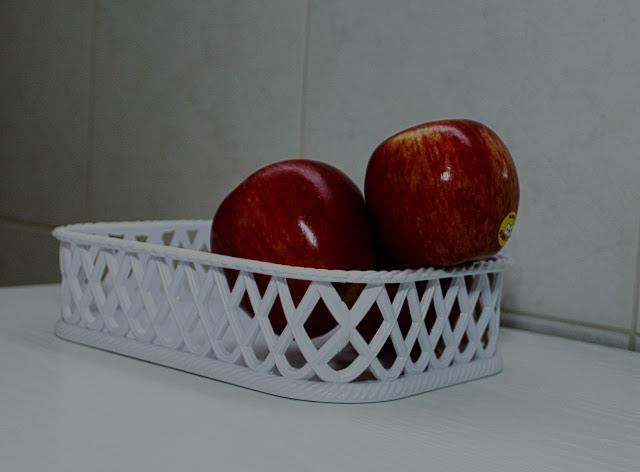 Una manzana sobresaliendo de la cesta.