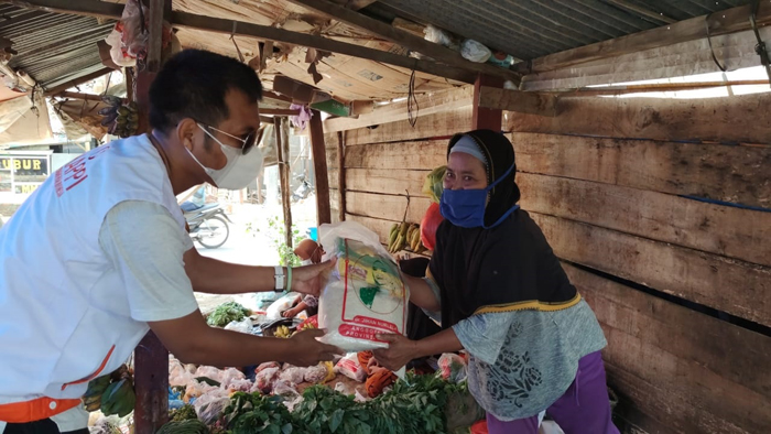 """""""Jumat Berbagi"""", IKAPPI Lampura Bagikan Ratusan Paket Sembako ke Pedagang Pasar Tempel"""
