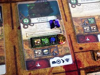 Carta de Aventura com monstro, detalhe para as faces dos dados exigidas.