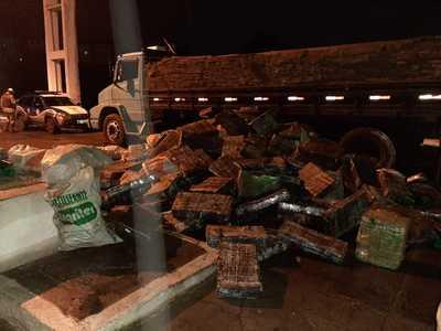 Oito toneladas de maconha são apreendidas em caminhão; droga estava escondida em carga de grama sintética