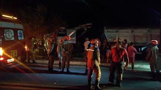 Motorista perde o controle o caminhão, bate e derruba poste de alta tensão na BR-101