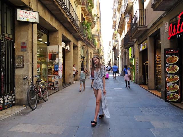 wakacyjna stylizacja, wakacyjny lookbook, outfit, stylizacje, lato 2019, trendy 2019,  Hiszpania, Barcelona,Park Guell, Park Gaudiego, wakacje 2019, modelka