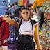 Demi Lovato sobe ao palco no Central Park para uma apresentação no Good Morning America em uma manhã de sexta-feira chuvosa, em Nova York - 18/08/2017