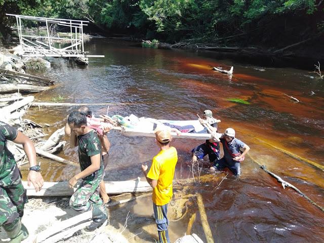 4 Jam Lalui Medan Sulit, Satgas Pamtas 301 Berhasil Evakuasi Warga