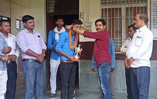 छात्र आकाश को दिवाकर मिश्र ने किया सम्मानित  | #NayaSaberaNetwork