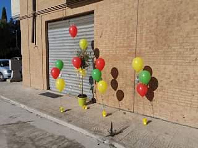 L'associazione Ultimi lascia un segno che vale quanto un abbraccio. Un ulivo e palloncini davanti l'abitazione di Christian Vigilante