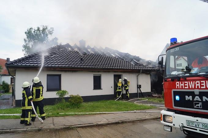 Gebäudebrand in Wolfen: Feuerwehr mit Großaufgebot vor Ort