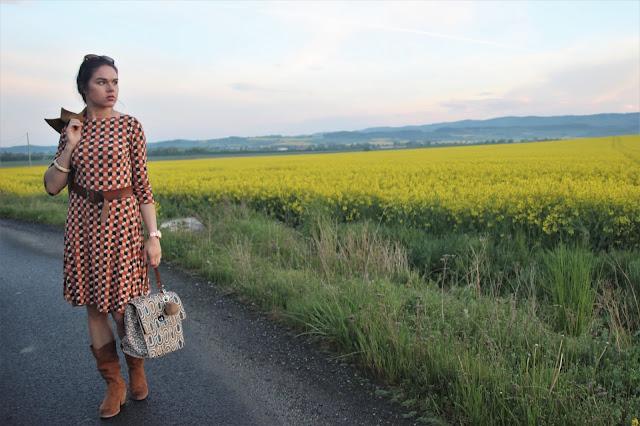 stylistka-wzorzysta-sukienka-stylizacja-
