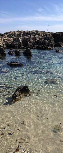 eau turquoise et transparente dans une crique à ses Salines à Ibiza