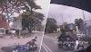 (Video) Penunggang motosikal tak berhelmet, potong di garisan berkembar, kemalangan
