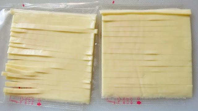 スライスチーズを細切りに切る