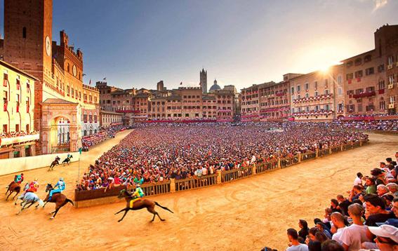 Fiesta del Palio en piazza del Campo. Siena. Italia