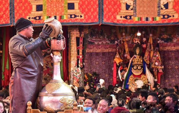 """在拉萨隆重的""""白拉日追""""节上的银壶有很重要的用场。"""