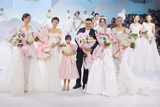 Á hậu Thùy Dung mặc váy cưới đính lông vũ, hóa 'thiên nga trắng' khi làm vedette sàn diễn